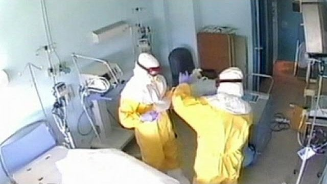 Ebola: Five people hospitalised in Spain after nurse contaminated in Madrid